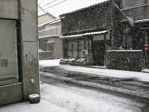 能生本店前の雪景色