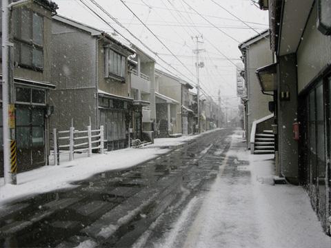 能生中央商店街の雪景色