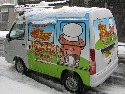 パンの移動販売車も雪化粧