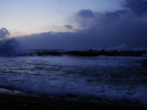 テトラポットと砕ける波