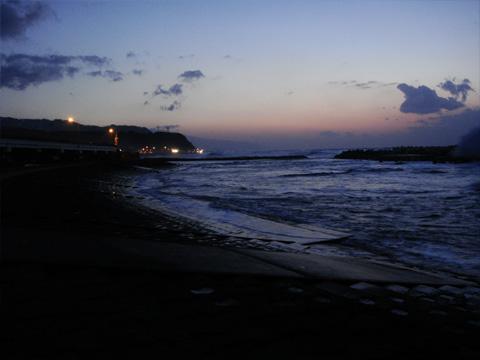 夜の国道8号線と日本海