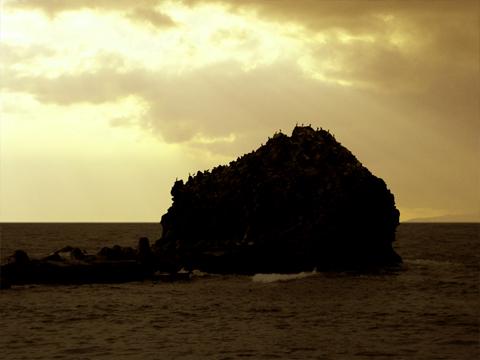 黄金色の空と弁天岩の裏
