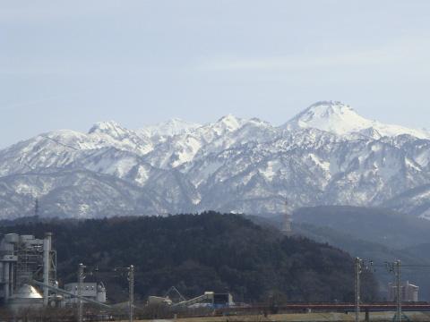 工場と雪山