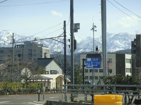 駅前と雪山