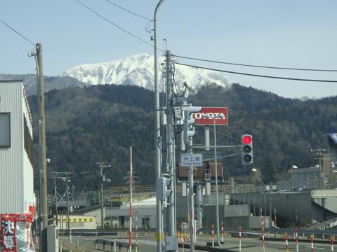 交差点と雪山