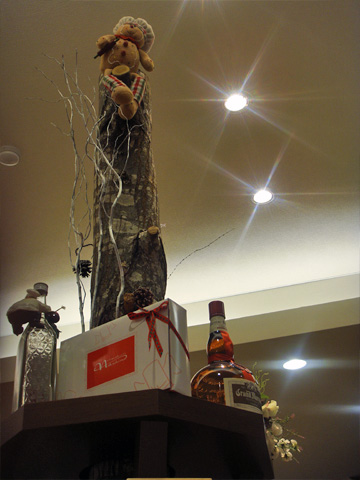焼き菓子台の上の人形