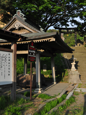 能生町白山神社二の鳥居前の龍の水