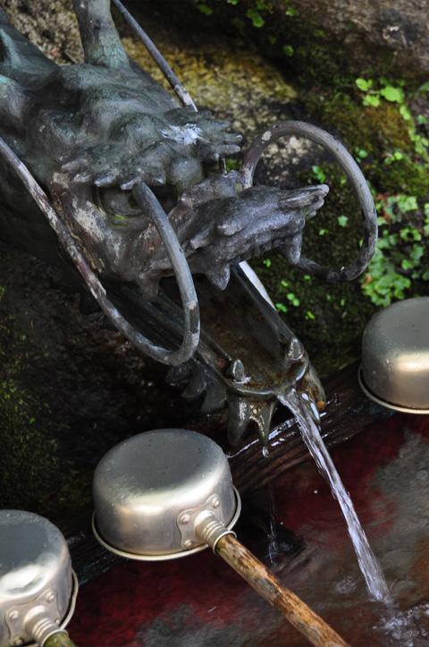 能生白山神社、蛇の口の水
