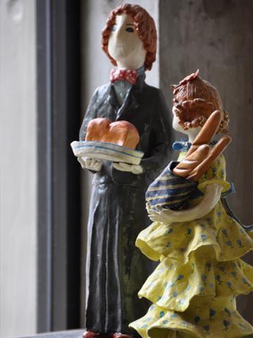 パンを持つ人形