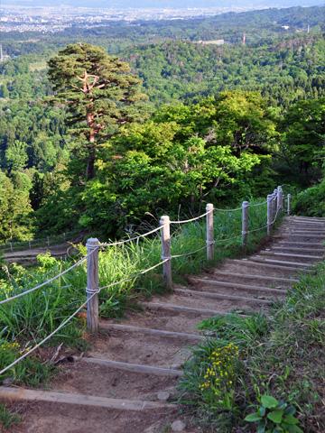 春日山城跡への舗装道