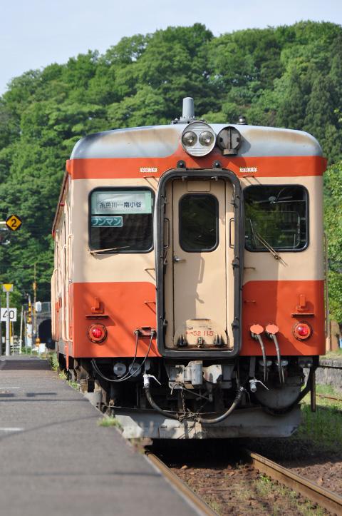 根知駅に停車中の大糸線 キハ52-115