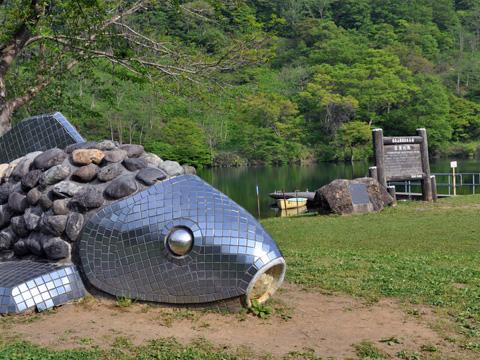 高浪の池・巨大魚のオブジェ
