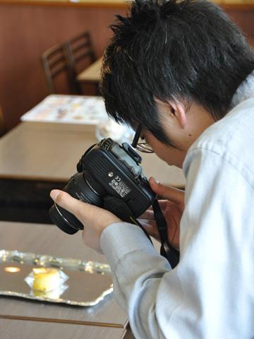 カメラを構える記者さん