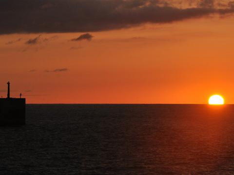 日本海と夕日と防波堤