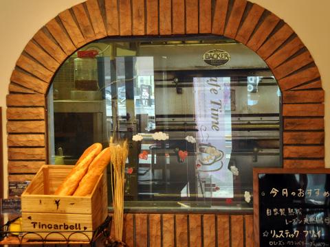 窓とオーブン