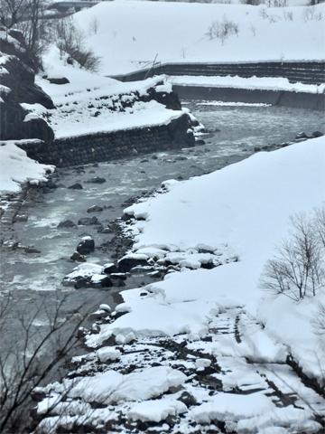 平岩を流れる川