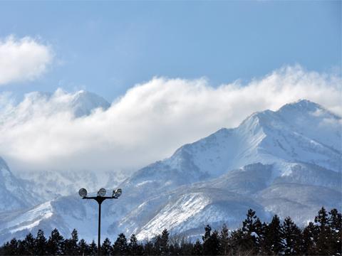 妙高パーキングエリアからの雪山