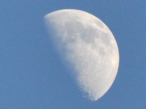 北向観音からみた昼の月