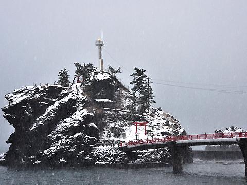雪と弁天岩