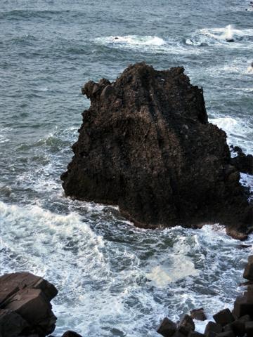 弁天岩の裏の岩