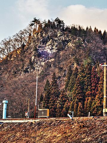 線路と切り立つ山