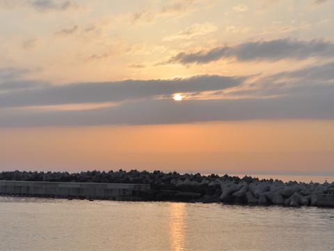 日本海に浮かぶ夕日