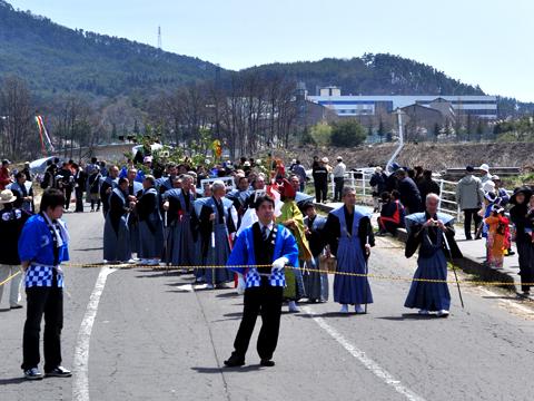 生島足島神社での行進