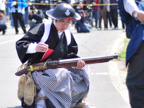 火縄銃に火薬を詰める