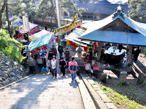 白山神社の境内へ