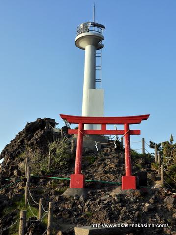 弁天岩の灯台と鳥居