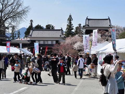 上田城の門の前