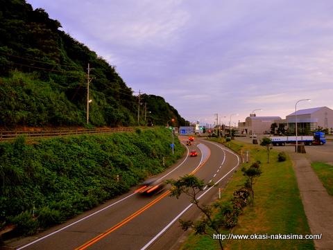 国道8号線と車