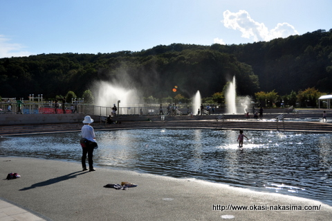 水辺で遊ぶ人たち