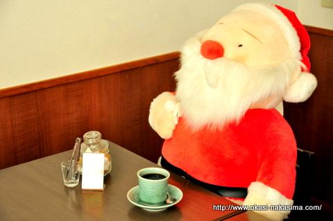 喫茶でコーヒーを飲むサンタクロース