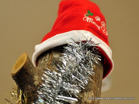 焼き菓子台の上のサンタクロースの帽子