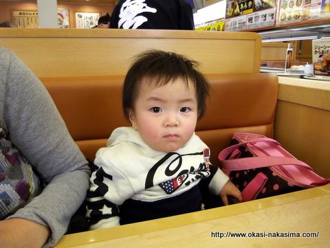 お寿司屋さんで座る息子