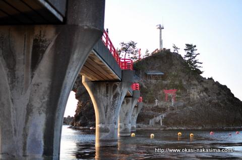 下から見た弁天岩あけぼの橋