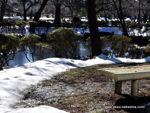 残雪とベンチ