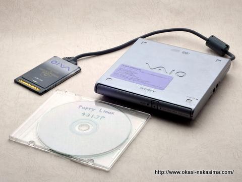 付属品のCDドライブとPuppy linuxのライブCD