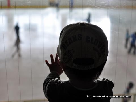 スケートリンクを見る息子