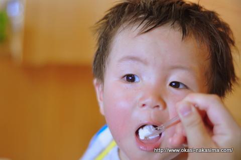 ヤギ乳のジェラートを食べる息子