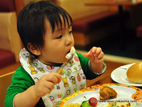 お子様セットを食べる息子