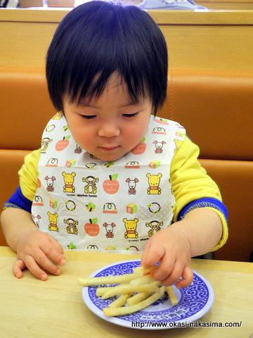 ポテトを食べる息子