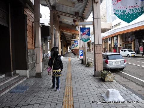 高田駅の前の通り