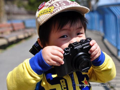 カメラを手にして満足げな息子