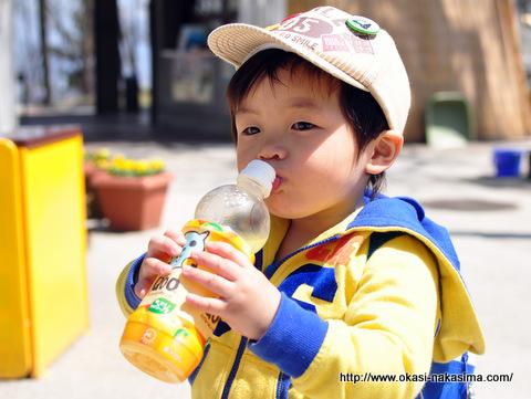 ジュースを飲む息子