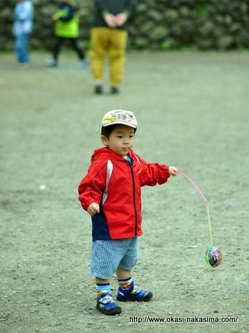 露天で買ったおもちゃで遊ぶ息子
