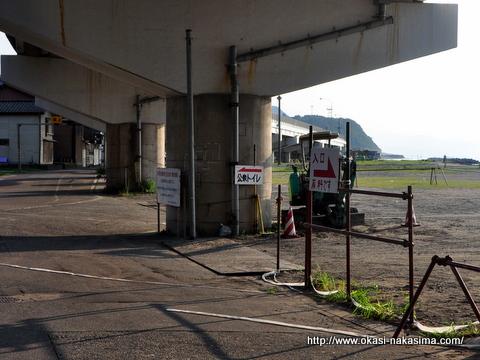 夏の8号線下駐車場
