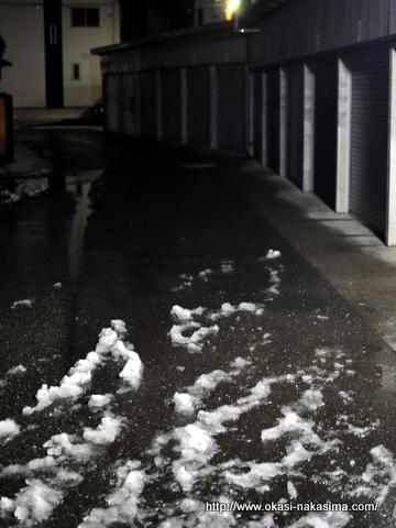 雪もまばらな道