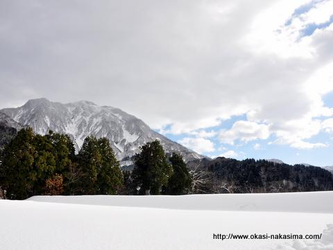雪降る山々